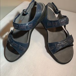 Trotters navy leather, size 6 sandals w Velcro